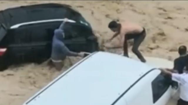 Zware overstroming sleurt auto's mee in Tunesië
