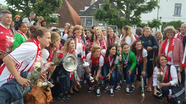 Boottocht voor Ajax Vrouwen na winnen landskampioenschap en KNVB-beker