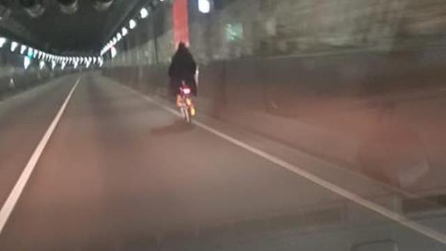 Weer nachtelijke fietser in IJtunnel