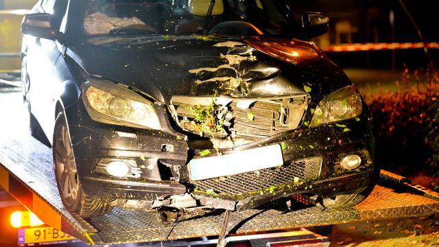 Dronken automobilist botst tegen boom in Schijf