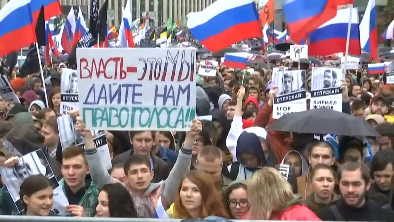 Recordaantal mensen straat op voor eerlijke verkiezingen in Moskou