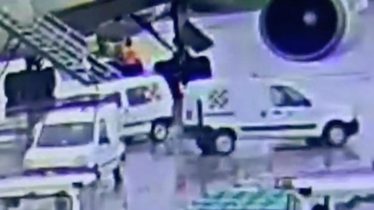 Werknemers laden cocaïne aan boord van vliegtuig in Argentinië