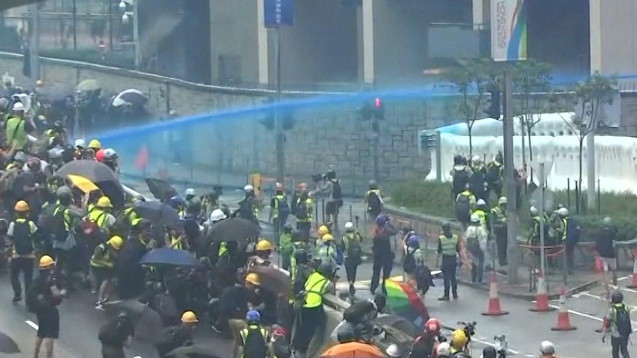 Politie Hongkong markeert demonstranten met verf