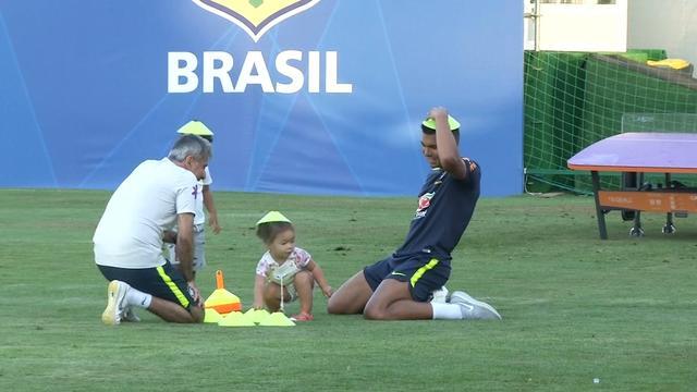 Braziliaanse voetballers spelen met kinderen tijdens training