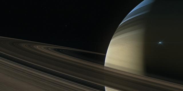 Mysterieuze strepen gevonden op twee manen van Saturnus