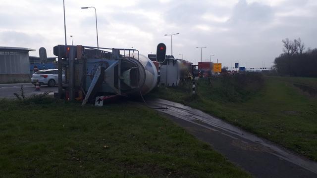 Cementwagen kantelt op N11 tussen Leiden en Alphen