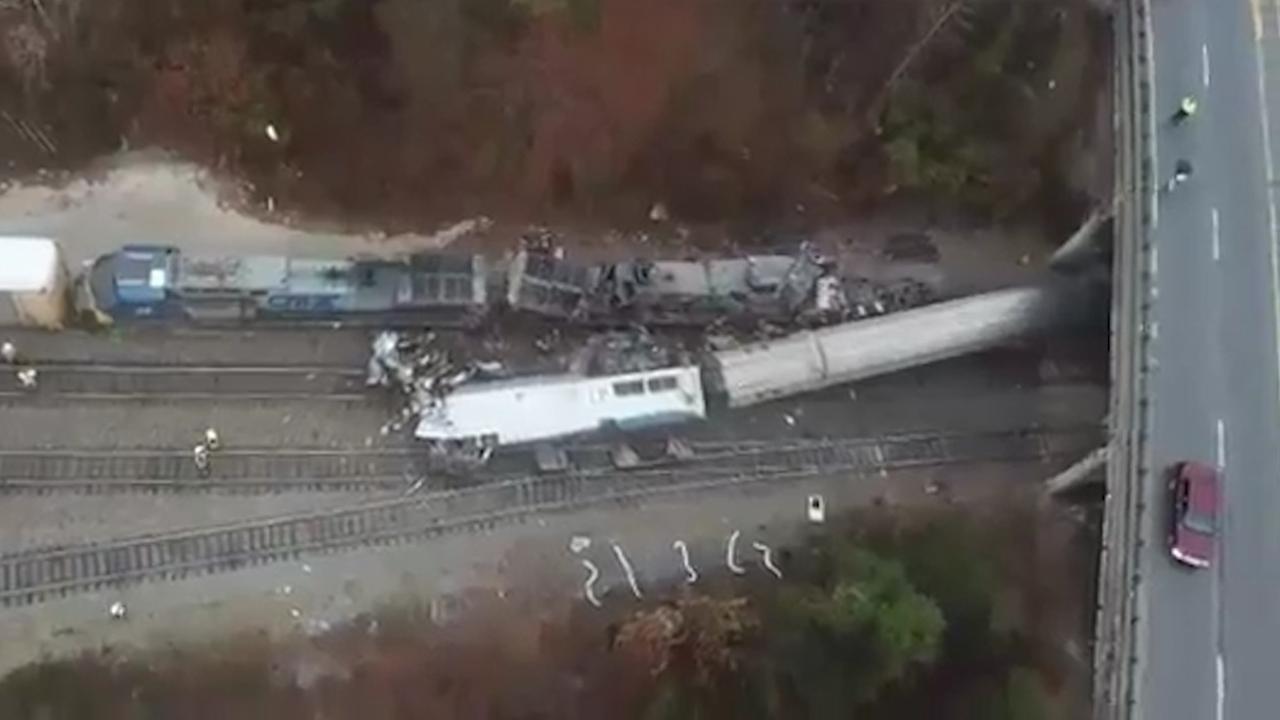 Dronebeelden tonen ravage van fatale treincrash in VS