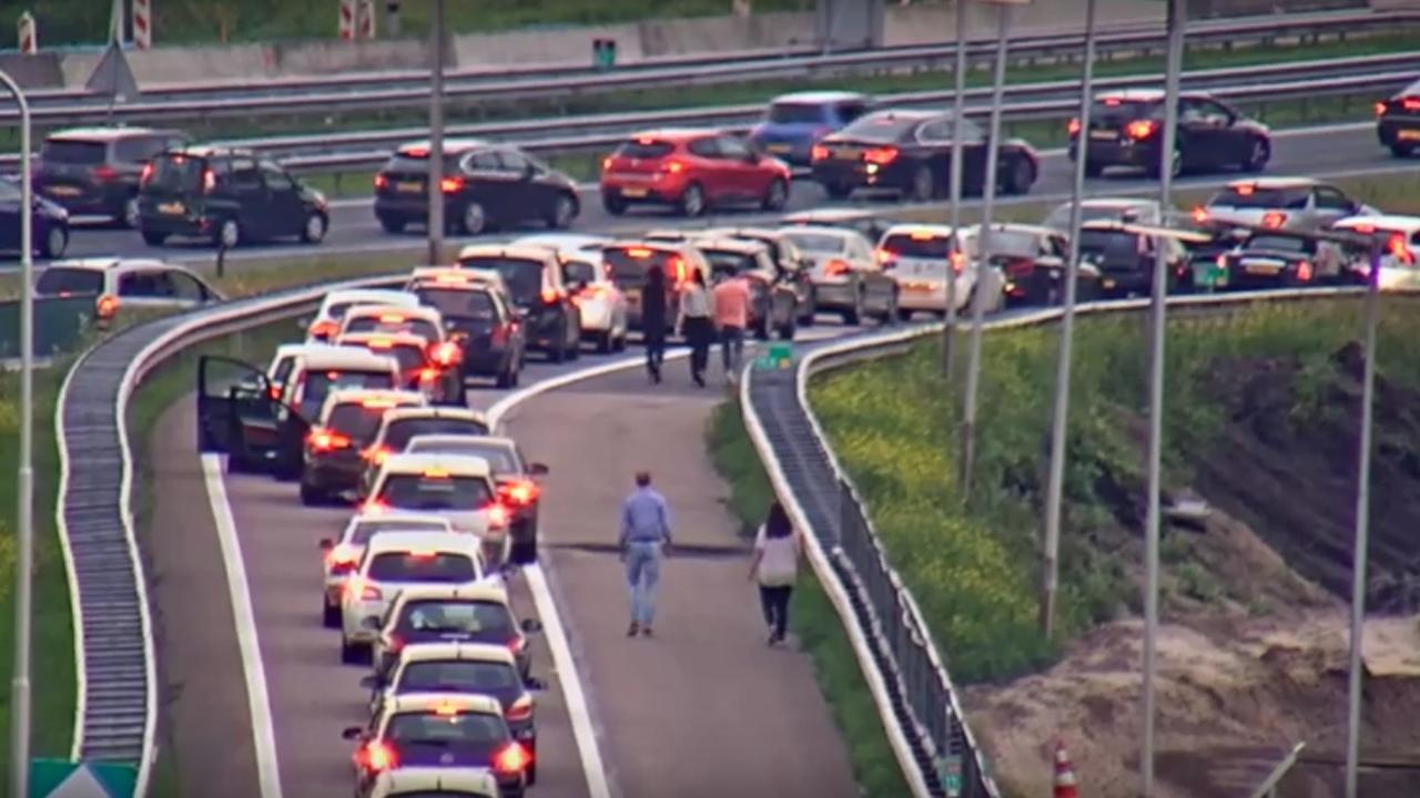 Coldplay-fans lopen over snelweg naar Amsterdam Arena
