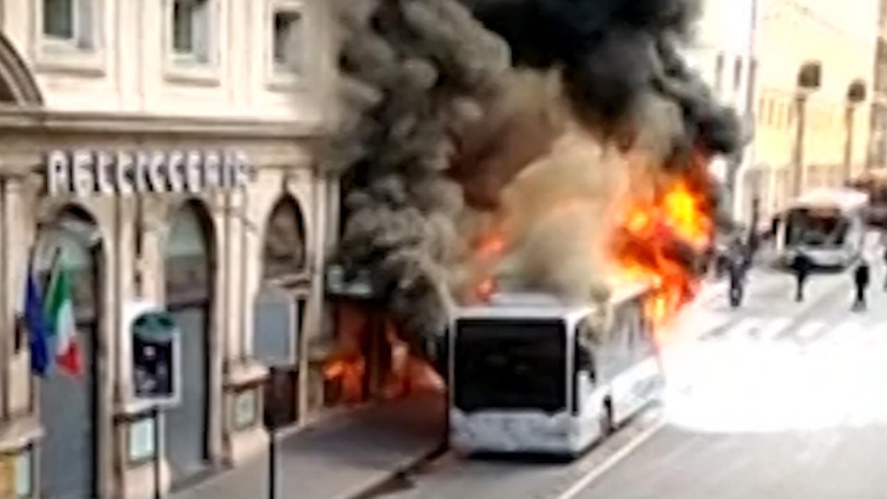 Grote explosie in bus tijdens brand in centrum van Rome