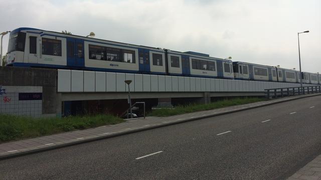 Passagiers ruim uur opgesloten in metro op Boelelaan