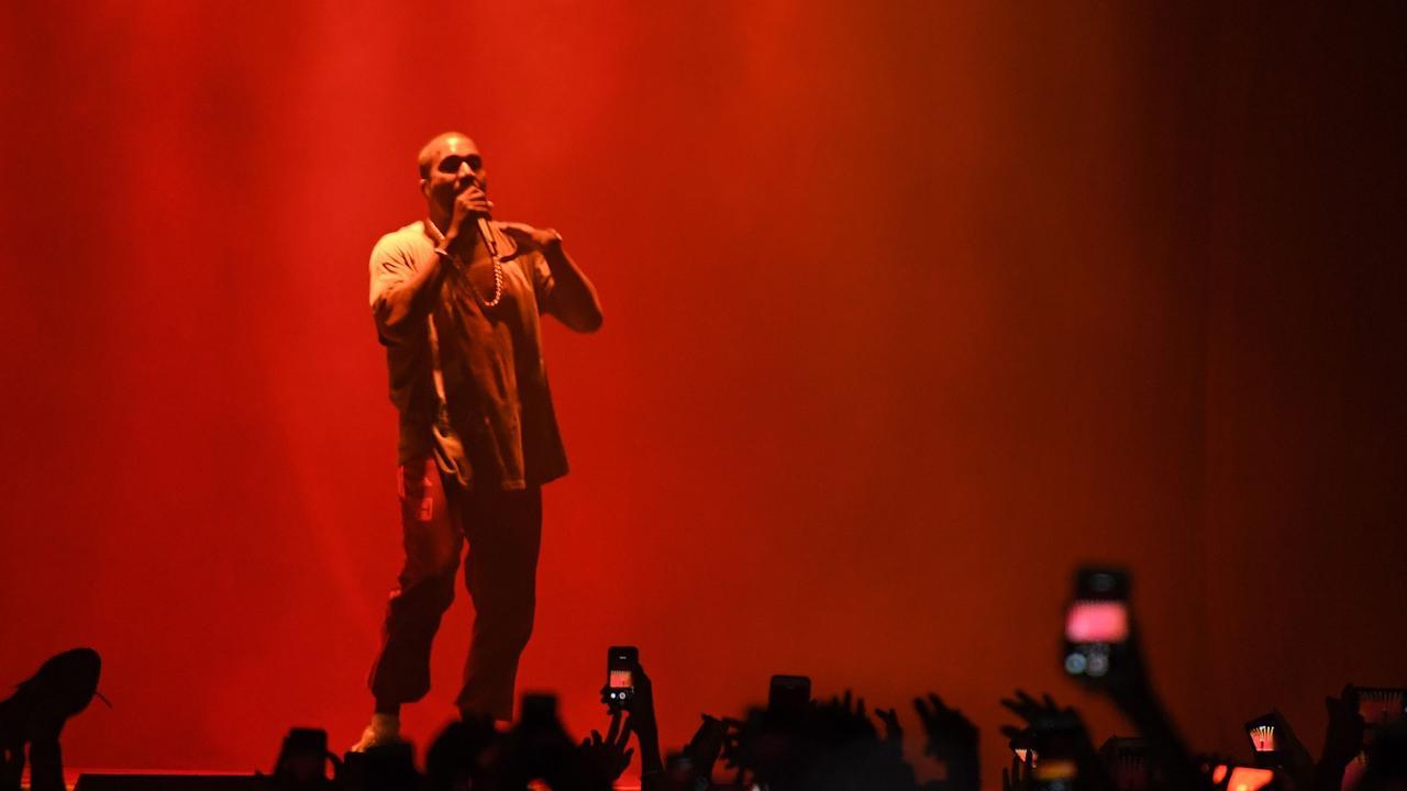 Kanye breekt show af, tiert tegen Beyoncé