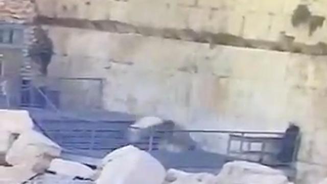 Grote steen uit Klaagmuur valt bijna op man in Jeruzalem