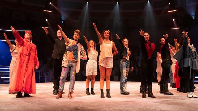 De cast van ZODIAC de musical repeteert.