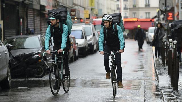Bezorgers Deliveroo fietsen door Breda