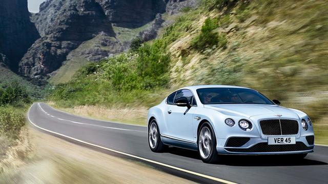 Vrouw vergeet handrem en laat haar Bentley crashen
