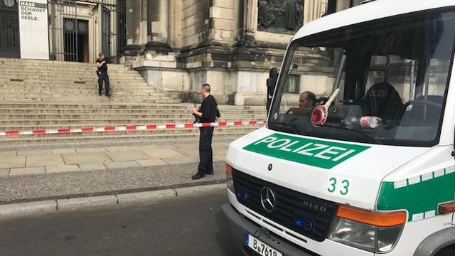 Duitse politie schiet met mes dreigende man in been in Dom Berlijn