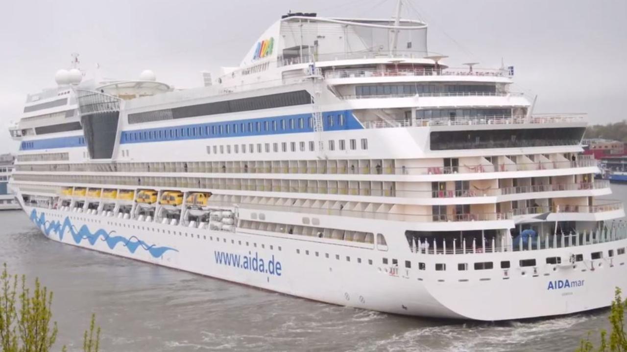 Gigantisch cruiseschip draait in Amsterdam