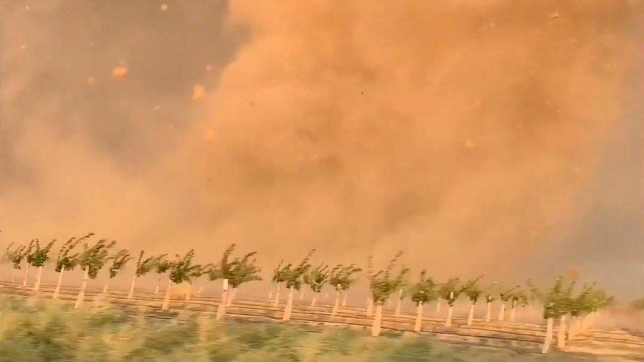 'Stormjagers' in Californië staan oog in oog met grote stofhoos