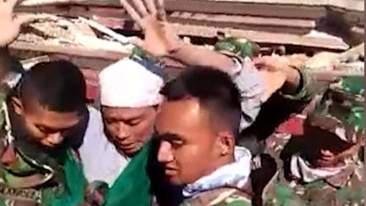 Hulpverleners halen mensen uit puin na beving Lombok