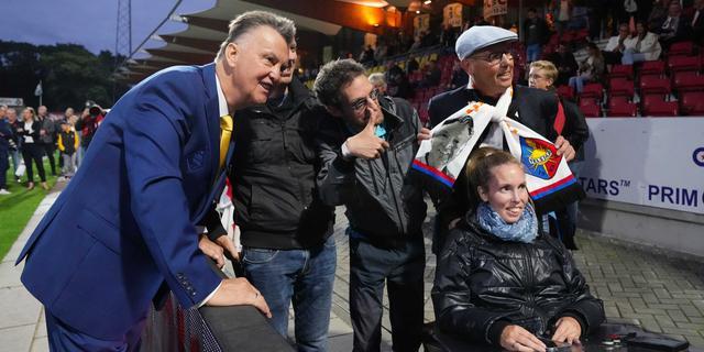 Van Gaal coacht onder grote belangstelling duel van Telstar