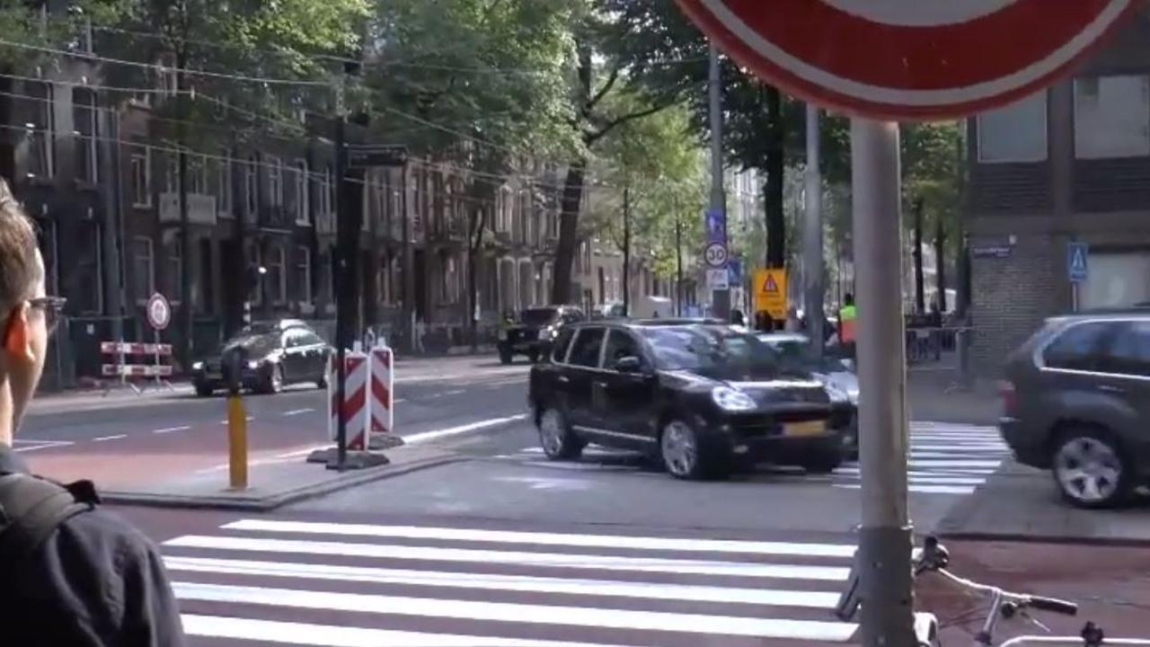 Auto's rijden hardloper bijna aan tijdens stunt