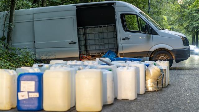 Politie vindt verlaten bestelbus met vermoedelijk drugsafval in Oosterhout
