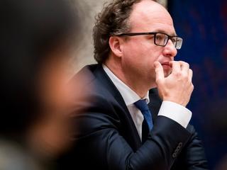 Minister Koolmees steunt verplicht overleg, ondanks verzet coalitiepartners