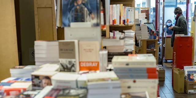 Ruim honderd bekende schrijvers eisen dat boekhandels weer open mogen