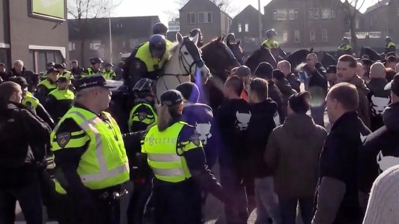 Politie grijpt in bij azc-demonstratie in Enschede