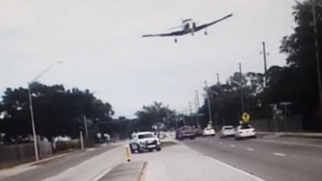 Dashcam filmt hoe klein vliegtuig neerstort op autoweg in Florida