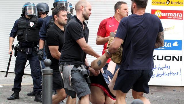 UEFA stelt onderzoek in naar rellen met tientallen gewonden in Marseille