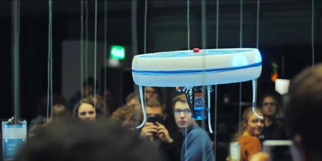 Drones serveren drankjes in café TU Eindhoven