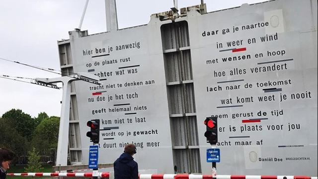 Onderkant van Mathenesserbrug in Delfshaven versierd met gedicht