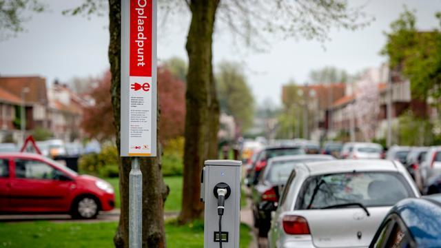 Openbare oplaadpaal elektrische auto in Baronielaan