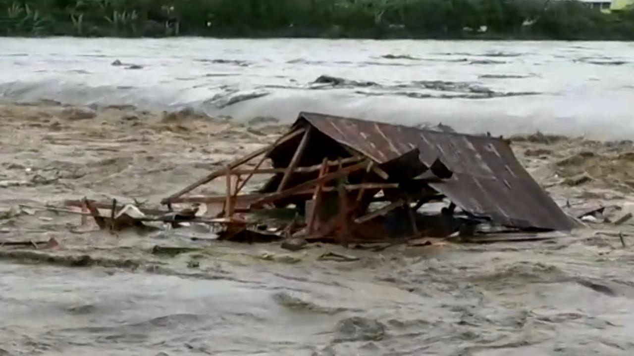 Huis in Indonesië wordt meegesleurd door watermassa