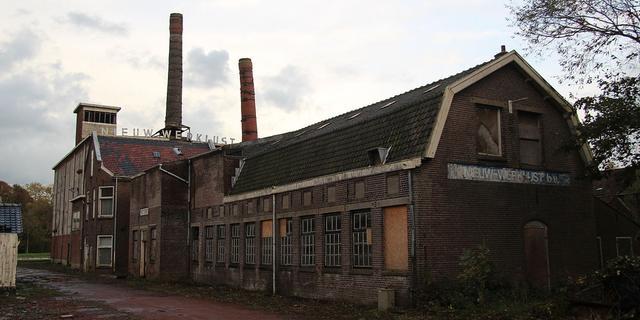 Schoorsteen van kleiwarenfabriek aan Rijndijk gedemonteerd