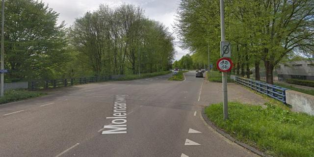 Automobilist vliegt uit de bocht in Amsterdam-Noord