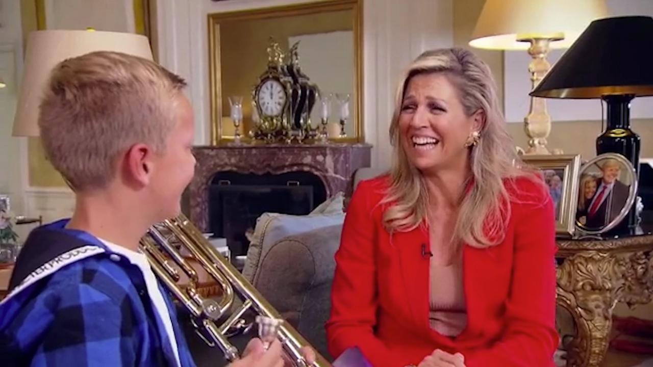 Tienjarige Maarten geeft Máxima lesje trombone spelen