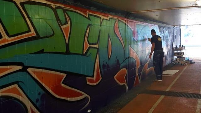Graffiti-kunstenaar herstelt eigen werk in Kadetunnel Roosendaal