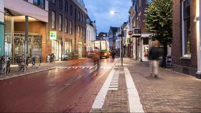 Voorstraat en Wittevrouwenstraat weer open na aanbrengen rood asfalt