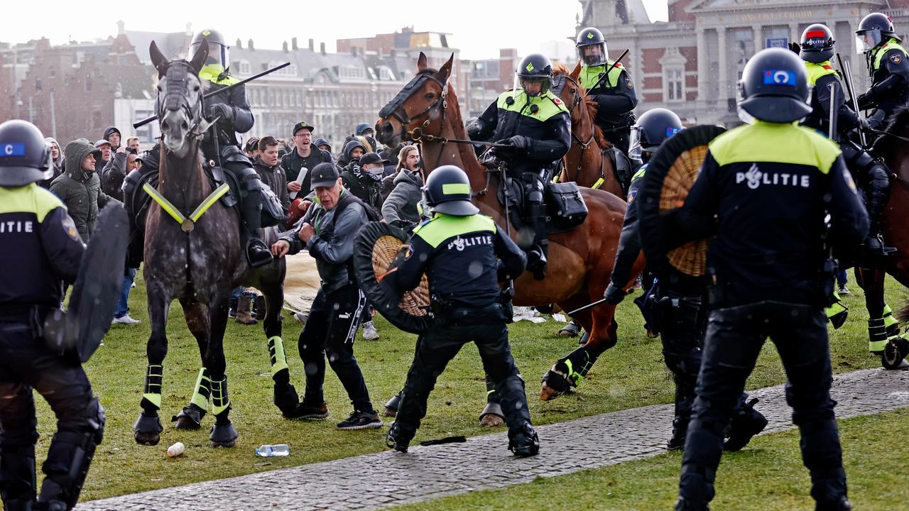 Tweeduizend mensen bij illegaal protest Museumplein, 115 aanhoudingen