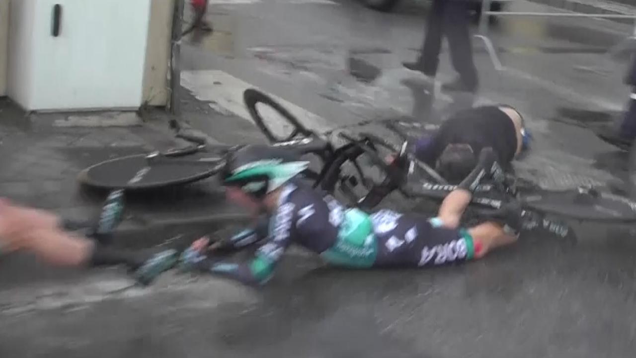 Voetganger veroorzaakt harde val BORA-renners in Tirreno