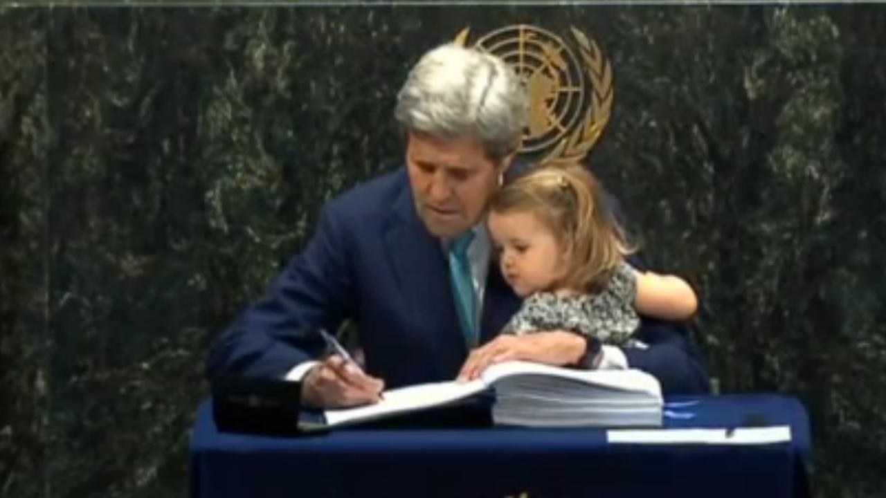 John Kerry zet samen met kleindochter handtekening onder klimaatverdrag