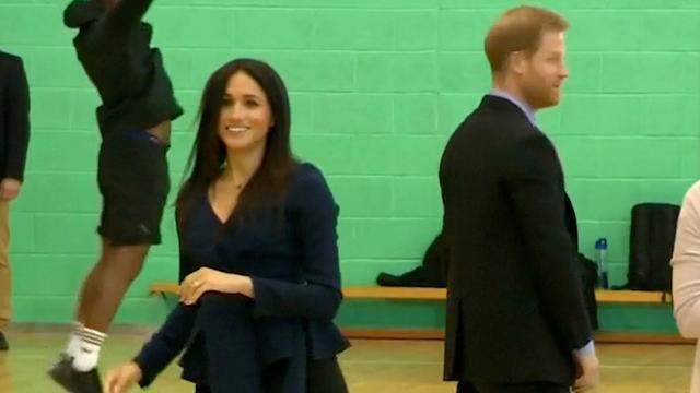 Prins Harry en Meghan Markle spelen balsport met jongeren