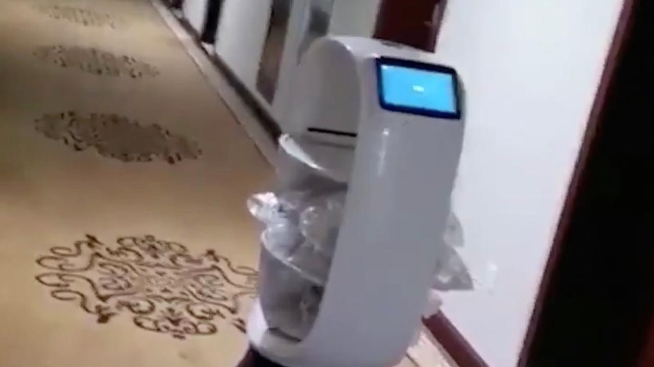Robot in China bezorgt eten aan geïsoleerde toeristen in hotel