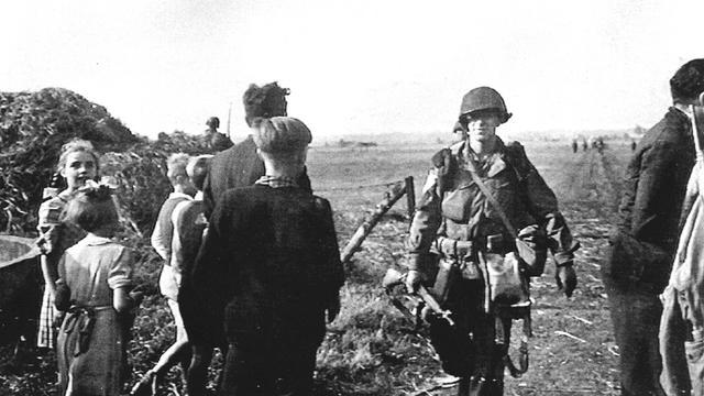 1944: Een Amerikaanse parachutist wordt welkom geheten in het Brabantse Son.