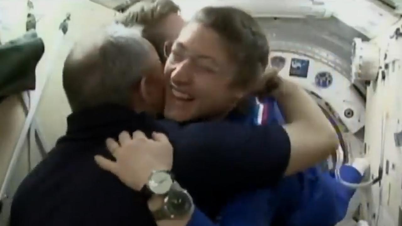 Astronauten verwelkomen collega's na aankomst bij ISS