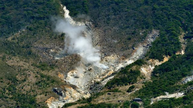 Drone filmt op uitbarsten staande vulkaan in Japan