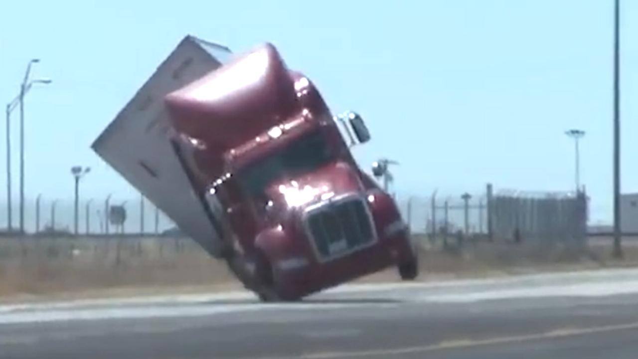 Harde wind blaast vrachtwagen omver op snelweg in Texas