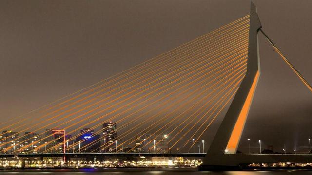 Erasmusbrug kleurt donderdag oranje voor EK-kwalificatieduel in de Kuip